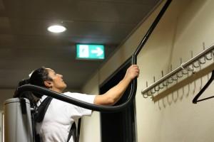 Mitarbeiterin reinigt Aufenthaltsraum